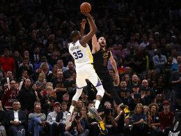 Kevin Durant im Duell mit Kevin Love
