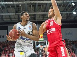 Sherman Gay (am Ball, Crailsheim) und Elias Harris (Bamberg)