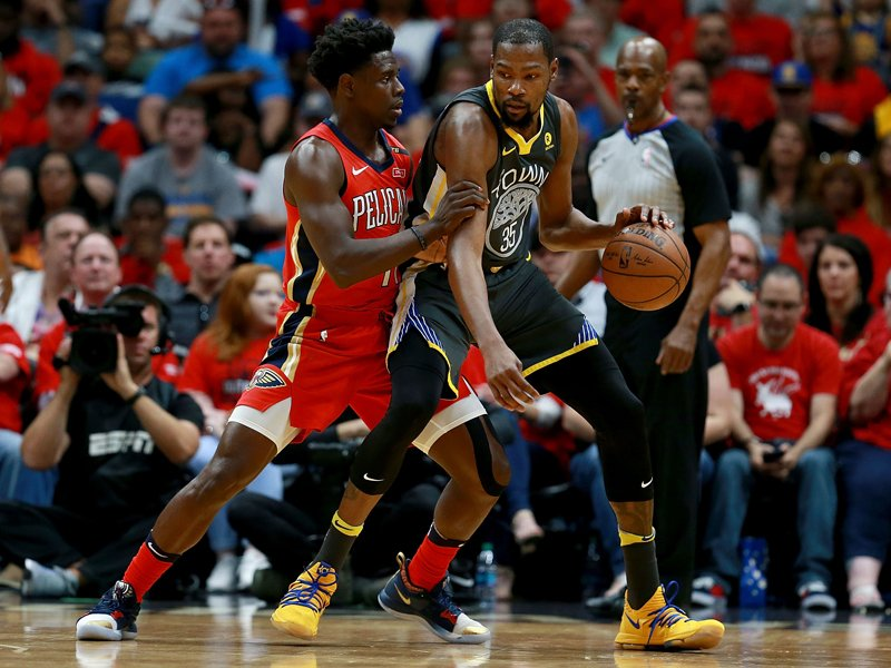 Kevin Durant (re.) gegen Jrue Holiday